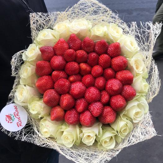 Клубничный Букет с розами Аваланж: букеты цветов на заказ Flowwow
