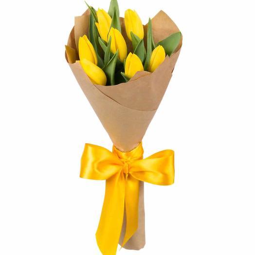 7 желтых тюльпанов в крафте: букеты цветов на заказ Flowwow