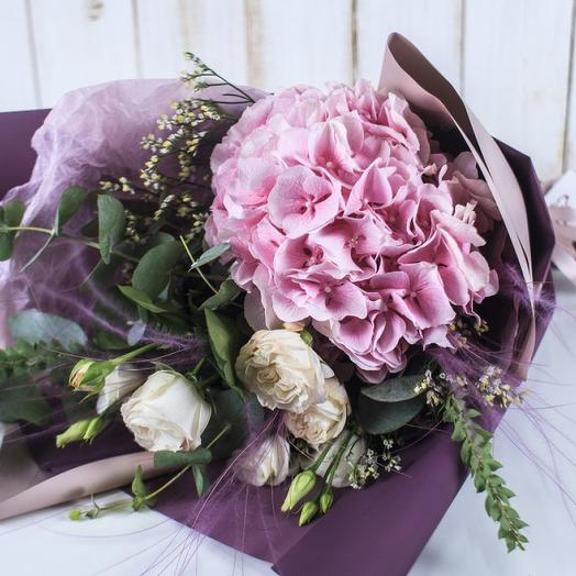Гортензия и кустовая роза: букеты цветов на заказ Flowwow