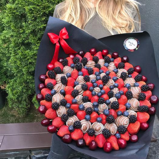 Букет из клубники в бельгийском шоколаде с голубикой/ежевикой/черешней: букеты цветов на заказ Flowwow
