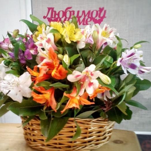 Корзина с альстромерией: букеты цветов на заказ Flowwow