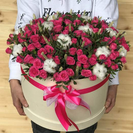 Коробки с цветами. Кустовые розы. Хлопок. Пшеница. N473: букеты цветов на заказ Flowwow