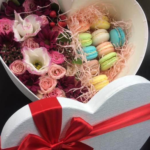 Коробка с цветами и макаруни N1: букеты цветов на заказ Flowwow