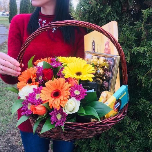 Корзинка со сладостями и яркими герберами и розами