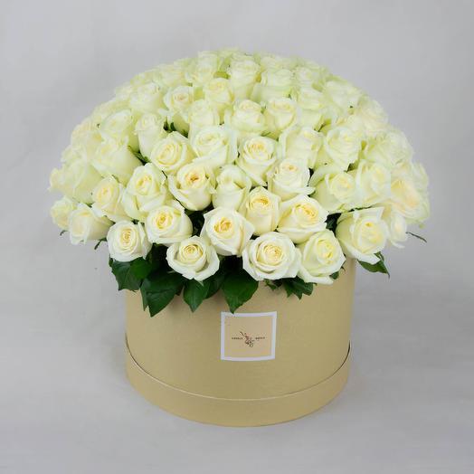 Белые розы в круглом коробке (101 шт)