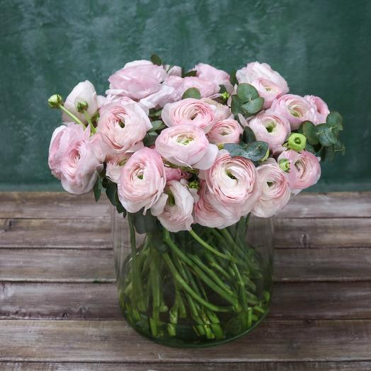 Ранункулюсы в вазе: букеты цветов на заказ Flowwow