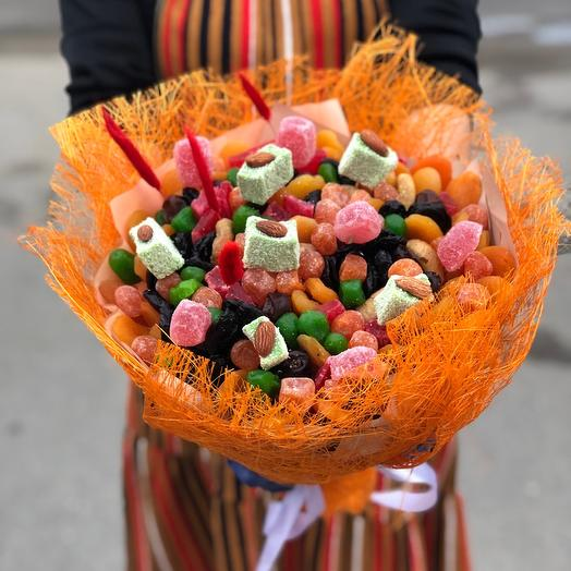 A bouquet of dried fruit and marmalade