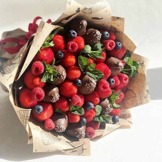 Клубника в молочном шоколаде с ягодами малины, голубики и ароматная мята