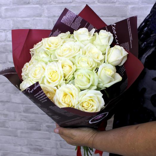 Букет из 25 белых роз сорта Аваланж