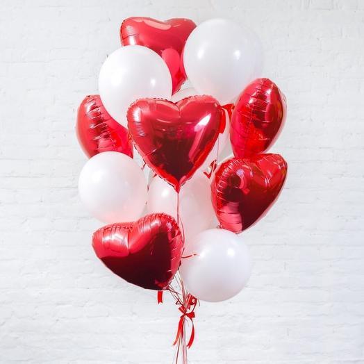 Композиция из шаров с красными сердецами