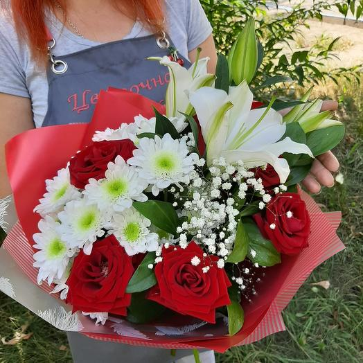 Combined bouquet of lilies and red roses