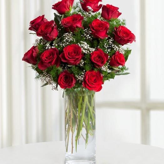 15 красных роз. Ваза в ассортименте в подарок