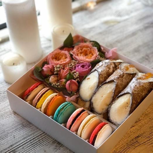 Подарочный набор  коробке с цветами и пирожными