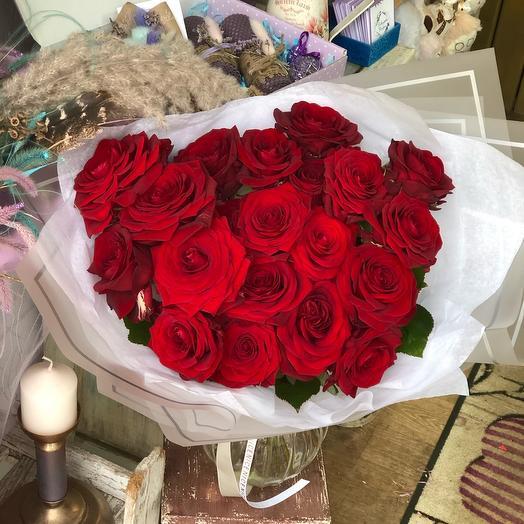 Букет ароматных, алых роз