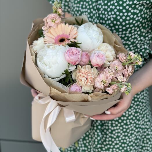 Букет Пралине из пионов, маттиолы, диантуса, пионовидной розы и герберы