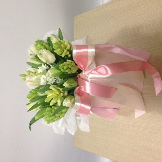 Весенняя коробочка с тюльпанами и геоцинтвми: букеты цветов на заказ Flowwow