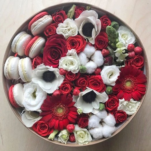 Красно-белый цветочный микс с макарунами: букеты цветов на заказ Flowwow