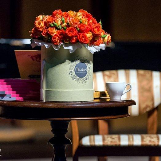 Оранжевые розы в коробке: букеты цветов на заказ Flowwow