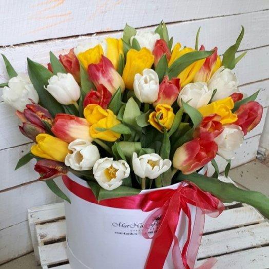 Шляпная коробка с тюльпанами  1: букеты цветов на заказ Flowwow