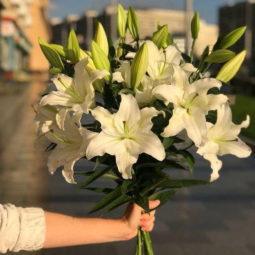 Букет из 5 белоснежных лилий: букеты цветов на заказ Flowwow