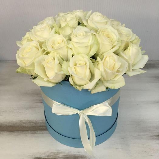 Белые розы в шляпной коробочке: букеты цветов на заказ Flowwow