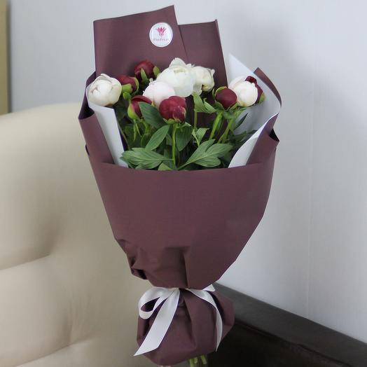 11 красных и белых пионов в дизайнерской упаковке: букеты цветов на заказ Flowwow