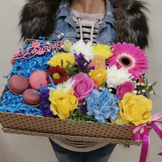 Коробка с пироженым: букеты цветов на заказ Flowwow
