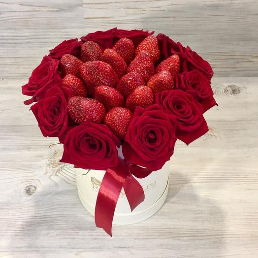 11 роз с клубникой в коробке