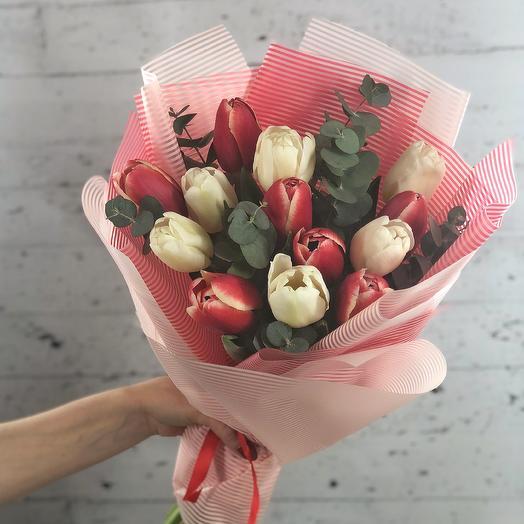 Красно-белый микс с эвкалитом (13 тюльпанов)