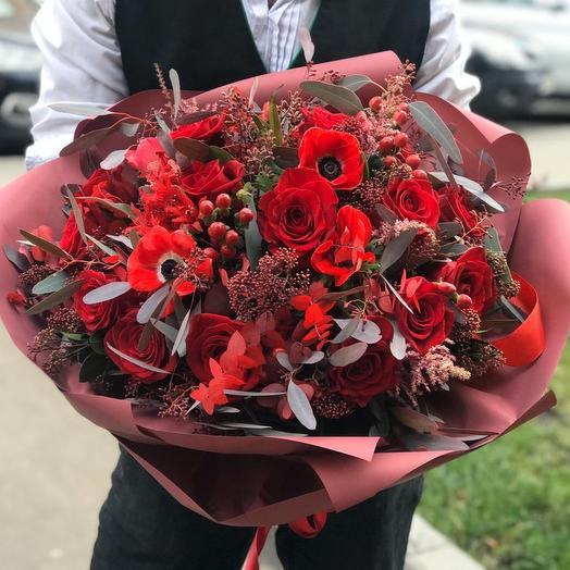 Букет с красными розами и анемонами: букеты цветов на заказ Flowwow