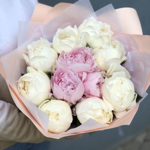 Букет из 11 бело-розовых пион: букеты цветов на заказ Flowwow