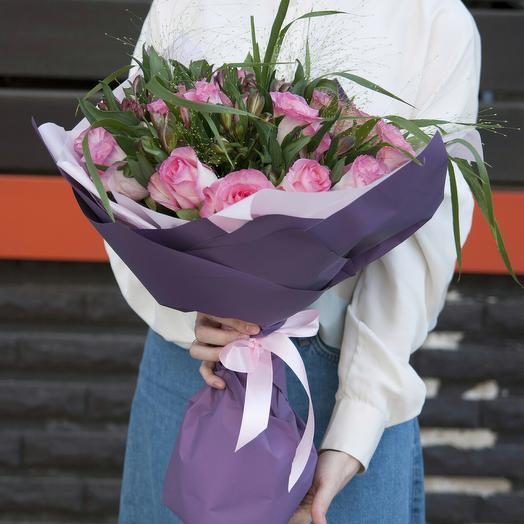 Букет из ярко-розовых роз с сиреневый альстромерией