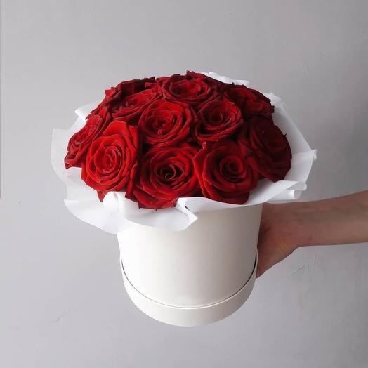 Букет из 15 красных роз в белой шляпной коробке