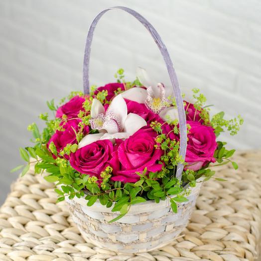 Корзинка с розами и орхидеями
