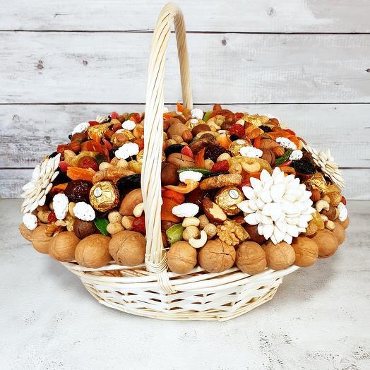 Корзина орехов и сухофруктов
