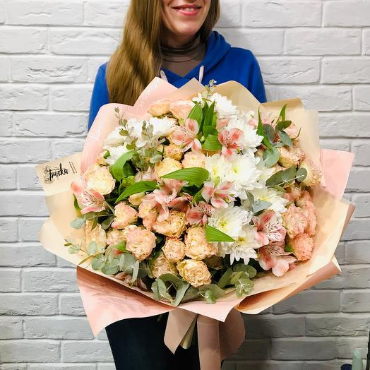 Букет из хризантем и кустовой розы