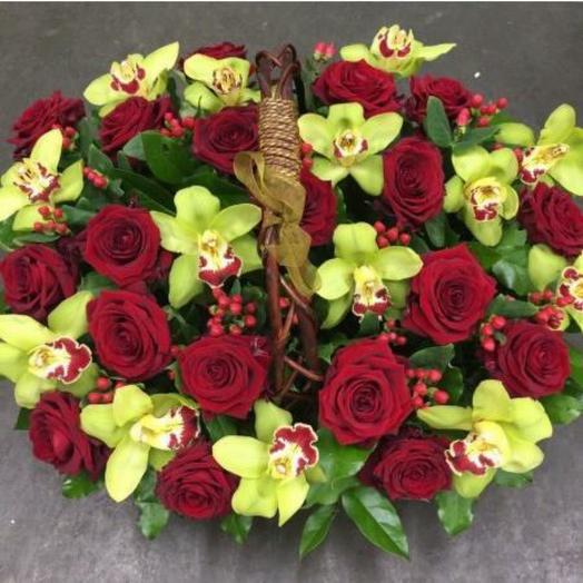 Корзина с розами и орхидеей