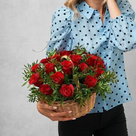 Корзина с алыми розами 0059