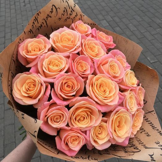 19 розово персиковых роз