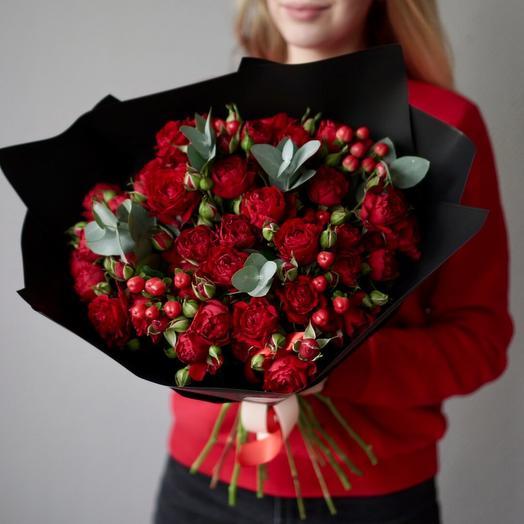 Букет красных роз с гиперикумом