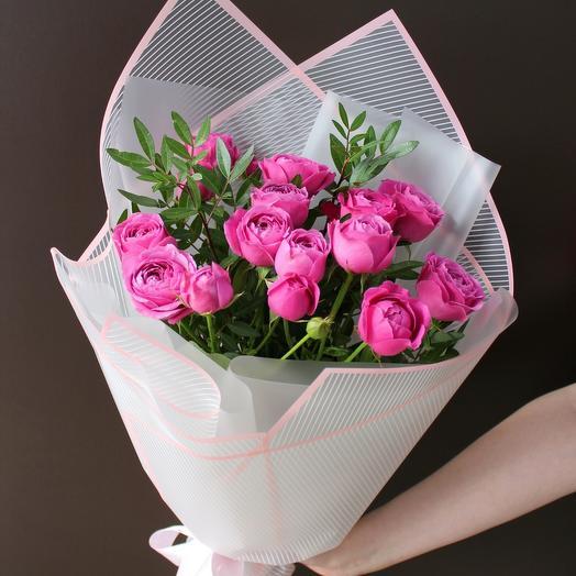 Пионовидные розы с зеленью