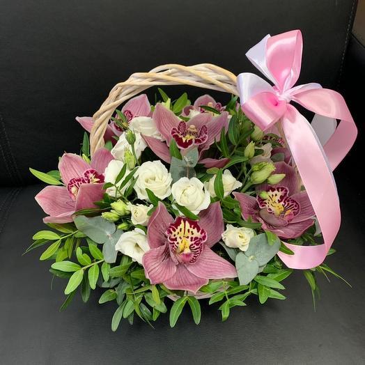Корзина с розовыми орхидеями и эустомой