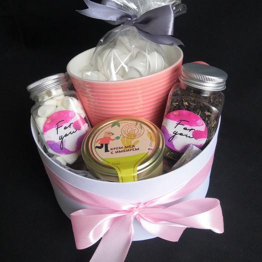 Подарочный набор с воздушным безе, мёдом, чаем и маршмеллоу