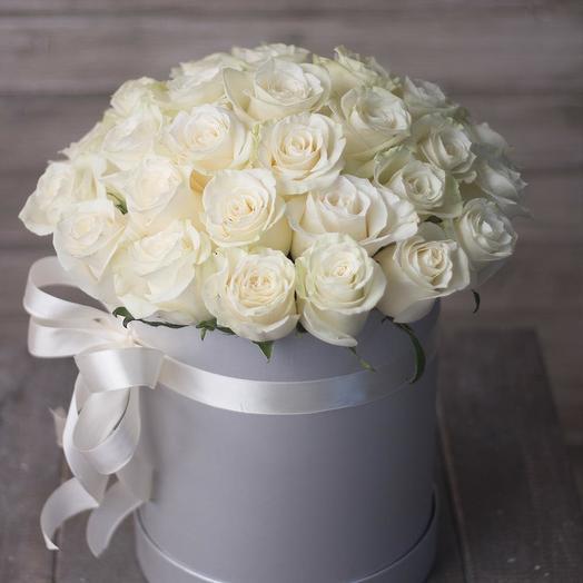 Шляпная коробка с 31 белой розой