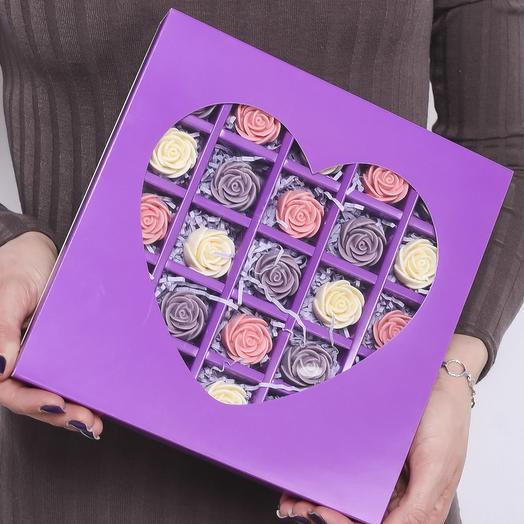Фиолетовая мини-коробочка в форме сердца с 25 шоколадными розами (белые, розовые, фиолетовые) MS25-F-BRF