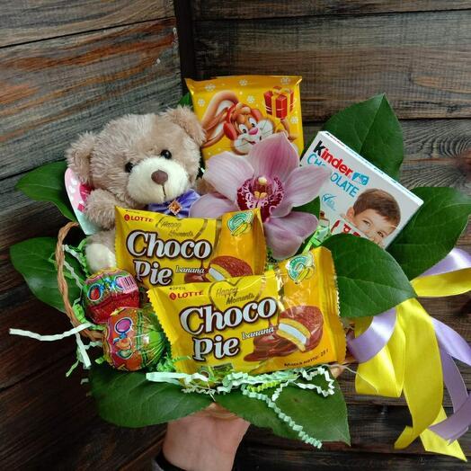 Корзина с орхидеей, мишкой и сладостями