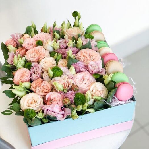 Цветы в коробке с пирожными