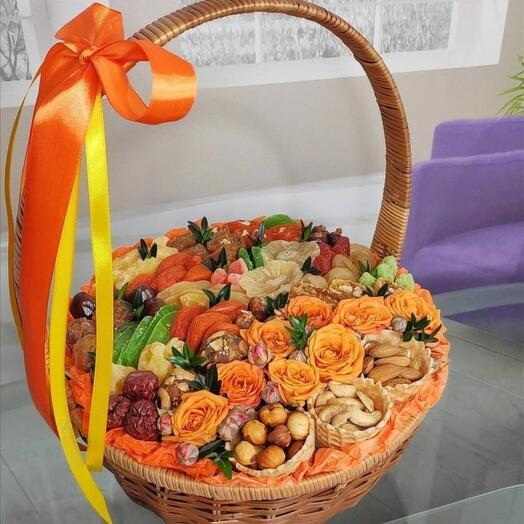 Корзина с цветами в оранжевых лентах