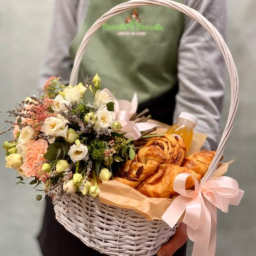 Корзиночка для пикника с полевым букетом и свежей выпечкой