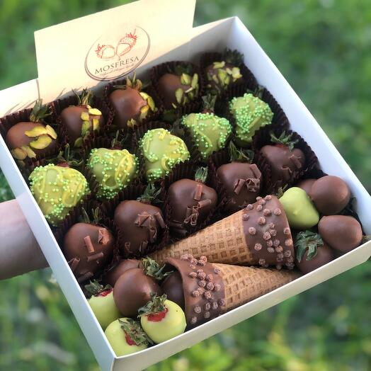 """Chocolate-covered strawberries """" Blooming Meadow»"""